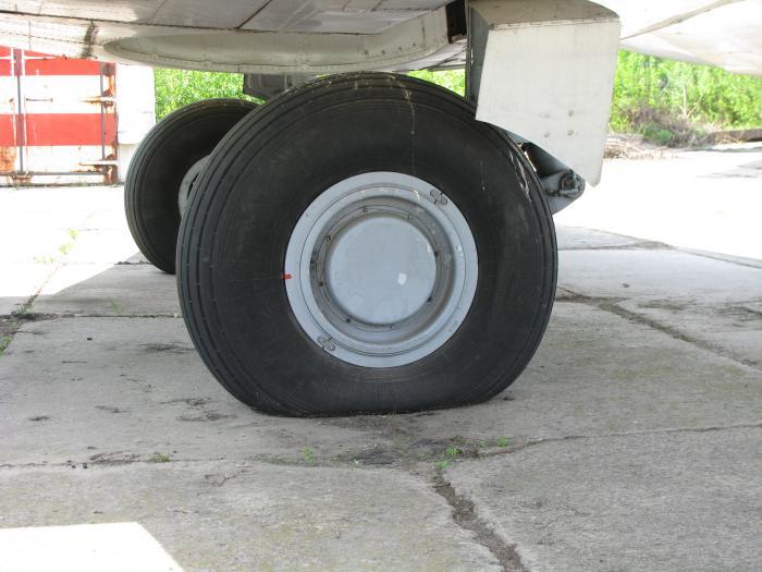 Спущене колесо Як-40
