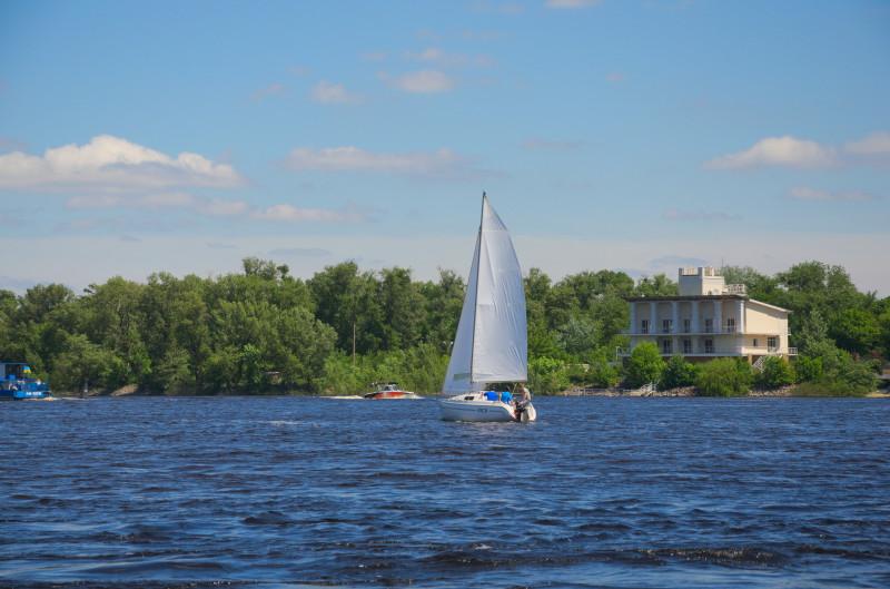Яхта на фоні Труханова острова
