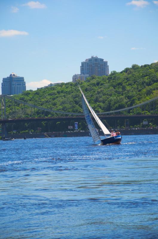 Яхта під косим вітрилом