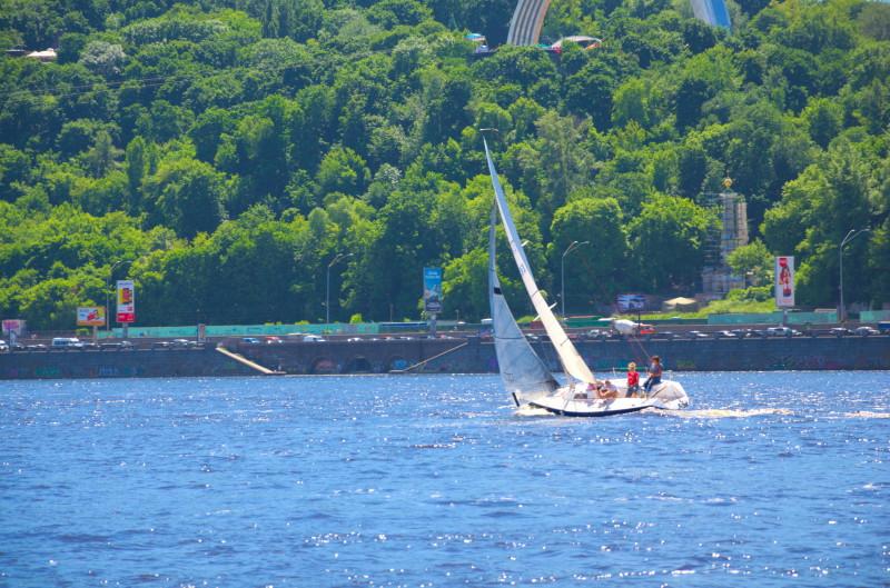Яхта в гонці