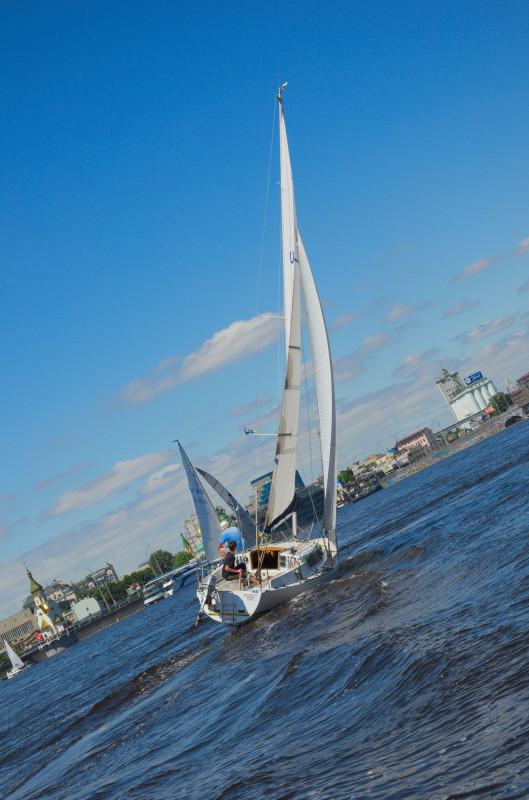 Яхта в гонці під косим вітрилом