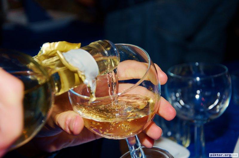 Біле напівсухе вино