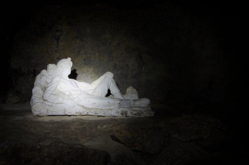 Сіра скульптура